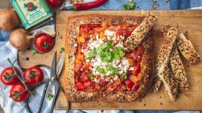 Shaksuka broodpan met tomaten, paprika en feta
