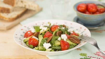 Spinach salad with strawberries, avocado and pecan nuts
