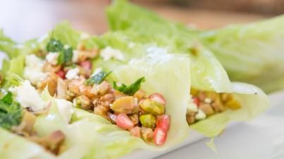 Orientalischer Salat – serviert im Salatblatt