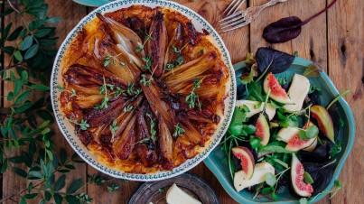 Tarte tatin van sjalotten met een kruidige salade
