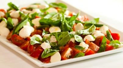 Tapas met tomaten, basilicum en bocconcini