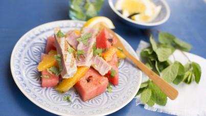Salat mit Wassermelonen an gegrilltem Thunfisch mit Apfelsinen