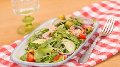 Tuna salad with red onion and rocket