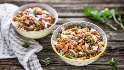 Speltsalade met linzen, ui, pecorino en rauwe ham