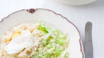 Gemarineerde witte kool salade met rozijntjes en noten