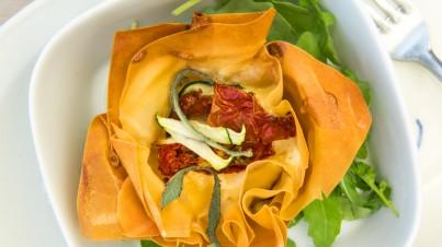Filodeeg met ovengedroogde tomaatjes, courgette en salie