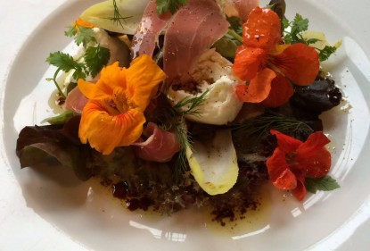 Salat mit Blüten