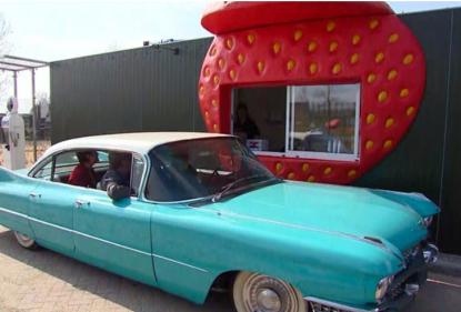 Hoe leuk! Een aardbeien drive-in.