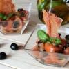 Iberische tomatensalade met zwarte olijven en krokante ham
