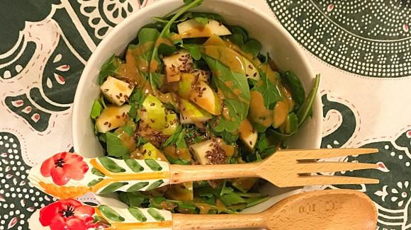 Ensalada de rúcula y pera con vinagreta de cacahuete