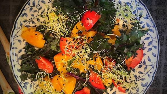 Ensalada de col rizada morada y tomates bicolor