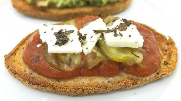 Tosta de salsa tomate con pepinillos y queso vegetal
