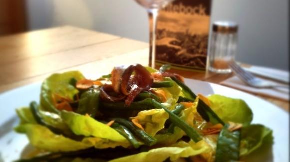 Salade van kropsla, groene boontjes, ansjovis en gefrituurde knoflook