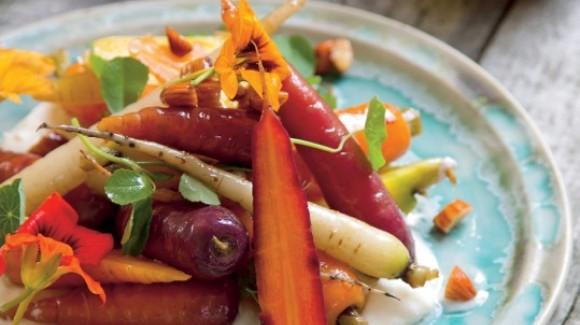 Salade de carottes pourpres, assaisonnement yaourt, amandes et miel