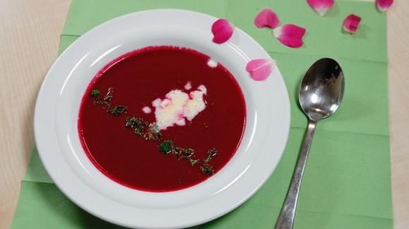 Sopa de remolacha con crema de rábano picante