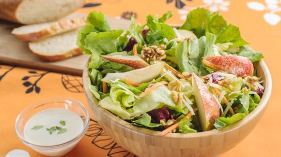Bunte Salatmischung mit Birnen, Walnüssen und Parmesan