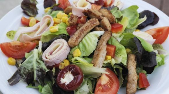 Saláta sonkába és sajtba göngyölt pulykamell-csíkokkal