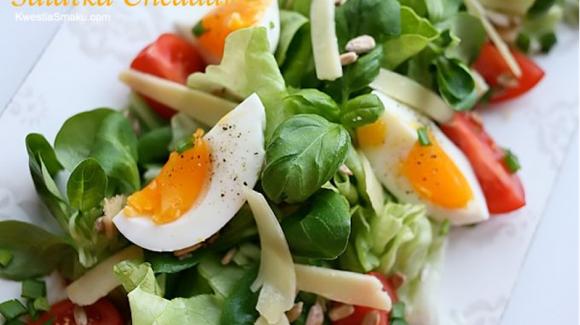 Sałatka z jajkiem, serem żółtym i słonecznikiem