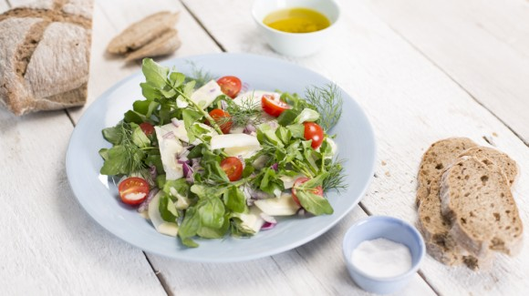 Kohlrabi salad with dill, tomato and watercress