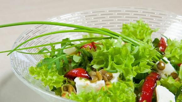 Salanova® Crispy Salat mit Linsen und Ziegenkäse