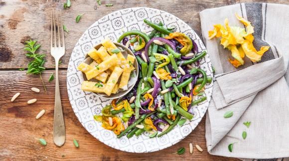 Lauwwarme salade van sperziebonen, rode ui, ansjovis en parnissa