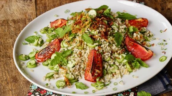 Salada de arroz integral com pepino, cebola frita e tomate assado
