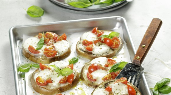 Mini aubergine pizzas with cherry tomatoes, mozzarella and basil