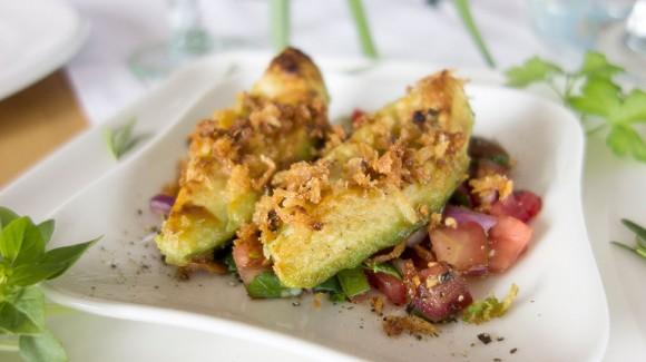 Gebratene Avocado auf Gemüsebett