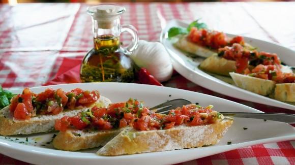 Bruschettas avec de la roquette, du basilic et des tomates fraîches