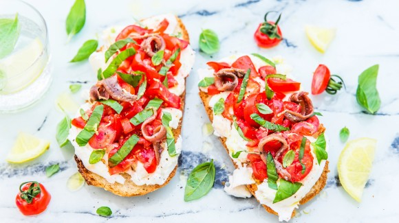 Tomato bruschetta with mozzarella and anchovies