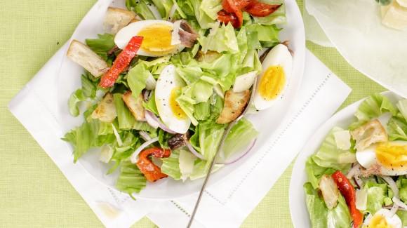 Salát Caesar z endivie, s ančovičkami a grilovanou paprikou