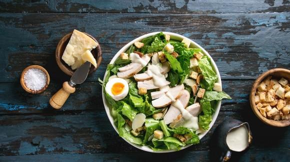 Caesar Salade met gebakken kip, verse geraspte parmezaan en croutons