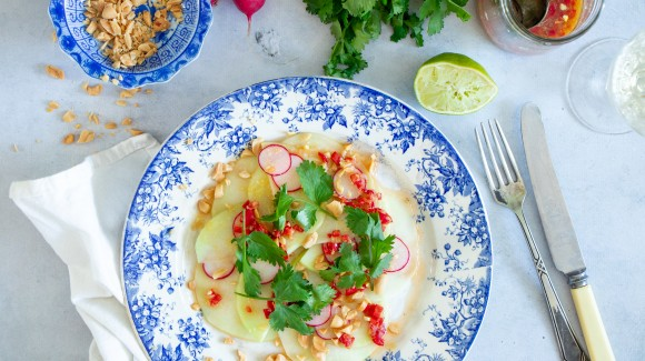 Carpaccio van koolrabi met Thaise dressing en pinda's
