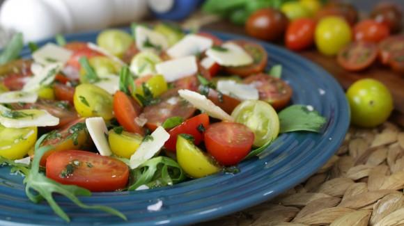 Ensalada de cherrys multicolor, albahaca y parmesano