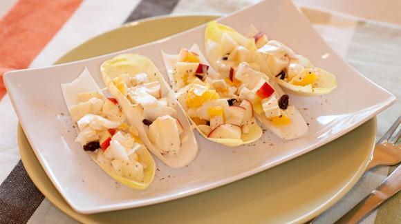 Chicorée-Salat mit Orangen, Äpfeln und Pinienkernen