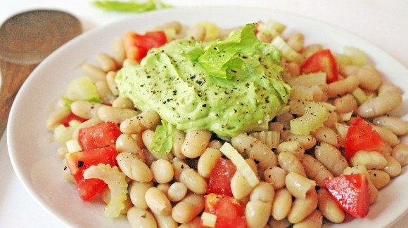 Insalata di fagioli con crema all'avocado