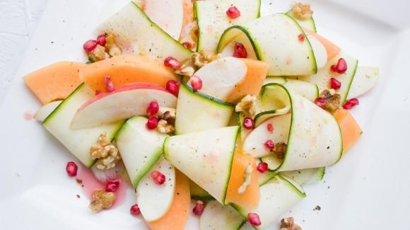 Zucchini-Bänder mit Apfel, Melone, Granatapfelkernen und Walnüssen