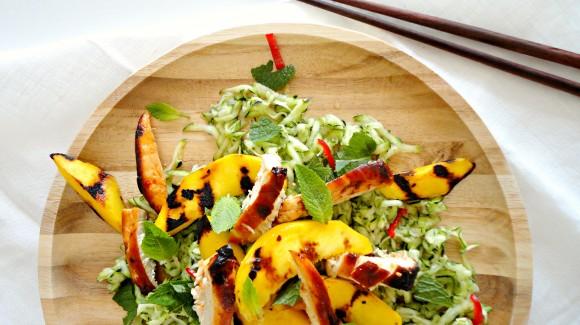 Čerstvý cuketový salát s pálivým kuřetem a grilovaným mangem