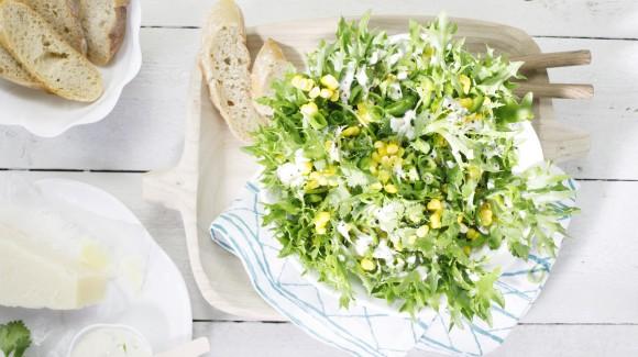 Knackiger grüner Salat mit Mais, Jalapeño und Koriander