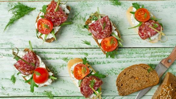 Crostini mit Salami, Tomaten und Rucola