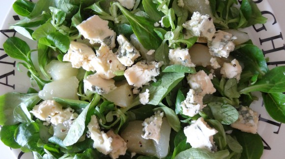 Salt and sweet - Cornsalad leaves with blue cheese and pear