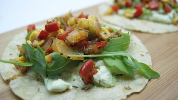 Ensalada de rúcula y verduras tex-mex con mayonesa de aguacate y cilantro