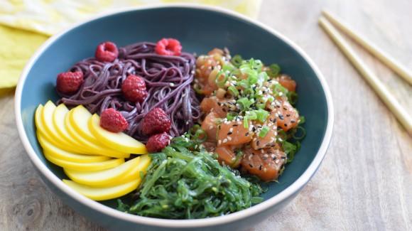 Poké bowl met noedels, zalm en gele courgette