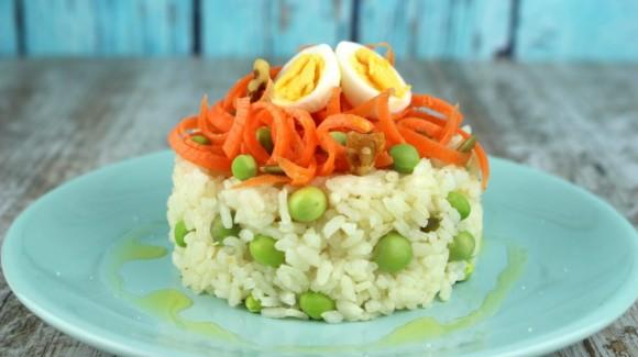 Ensalada de arroz con espaguetis de zanahoria y guisantes frescos