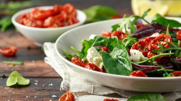 Mediterraner Kopfsalat mit gegrilltem Gemüse