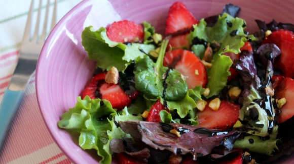 Junger Salat mit Erdbeeren und Pistazien