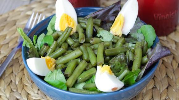 Ensalada de judías verdes, ajo negro y huevo