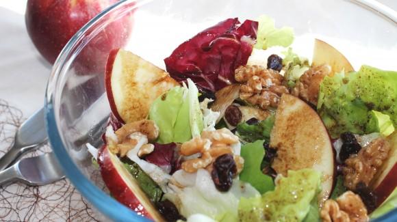Apfel-Walnuss-Salat mit Rosinen