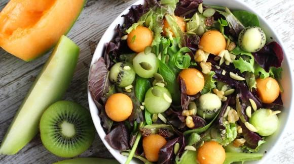 Gemischter Salat mit Melonen- und Kiwikugeln