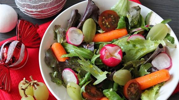 Ensalada para Nochevieja, de rabanitos, queso de cabra y uvas